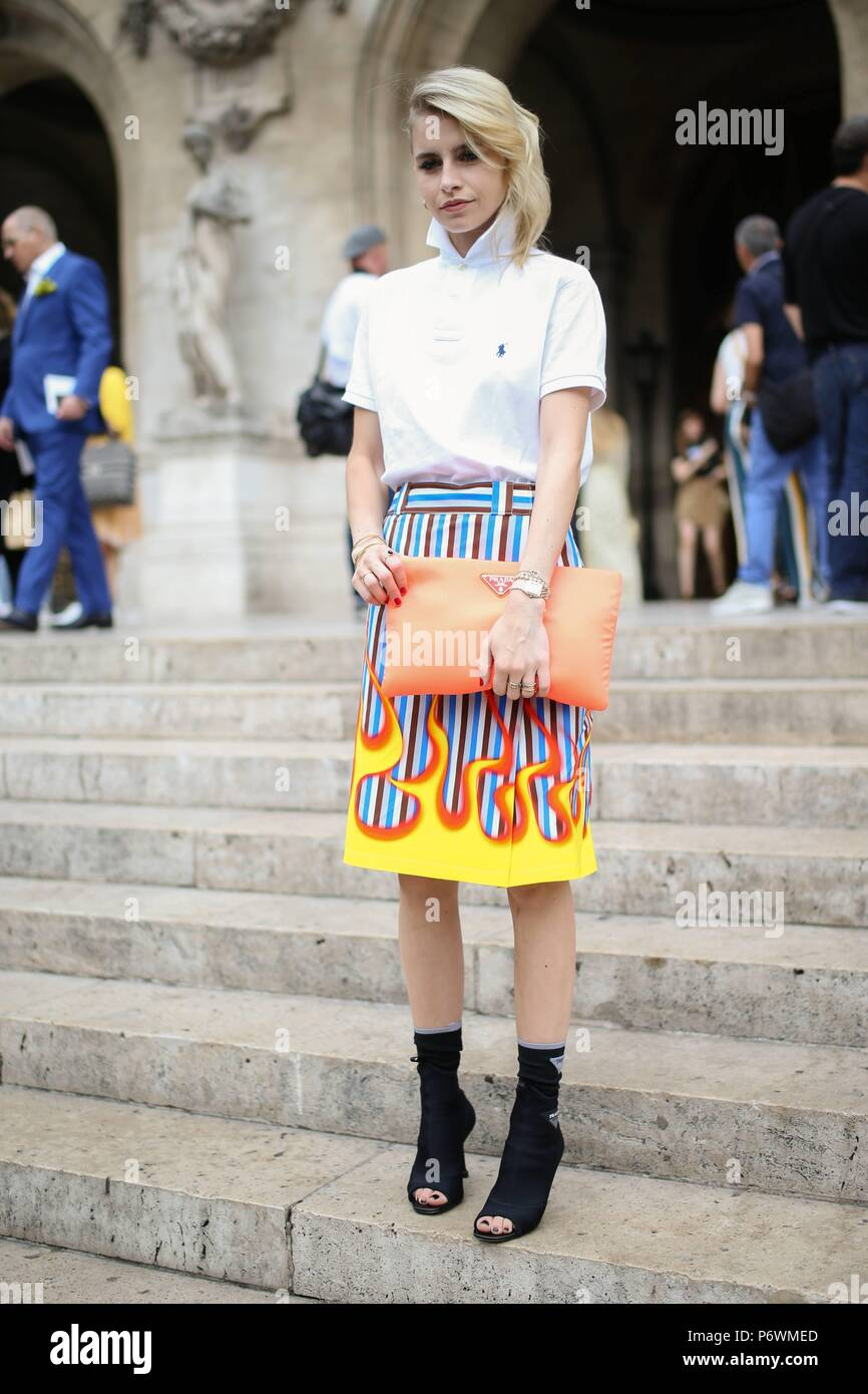 Blogger Caroline Daur Schiaparelli asistiendo al espectáculo de pista  durante la Semana de la moda de 3b883920b6