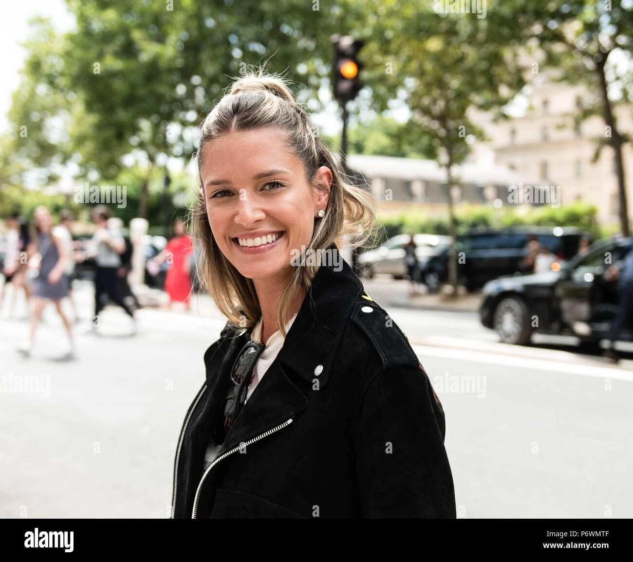 3438489e Paris, Frankreich. 02Nd Julio, 2018. Blogger Elena Bordon llega en la calle