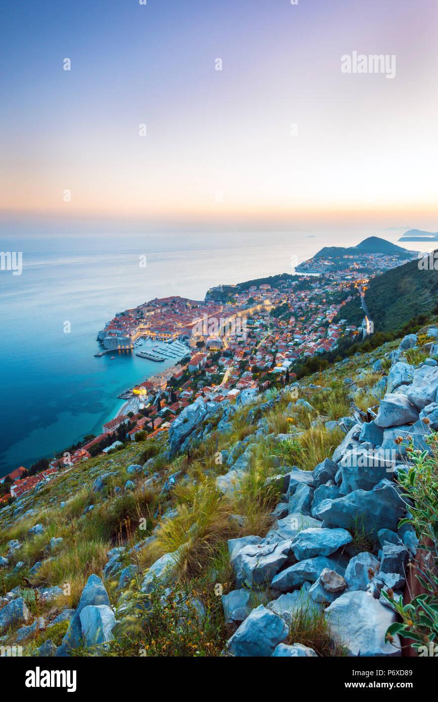 Dalmacia, Croacia, Dubrovnik. Sunest overDubrovnik casco antiguo desde las colinas de Dubrovnik. Foto de stock