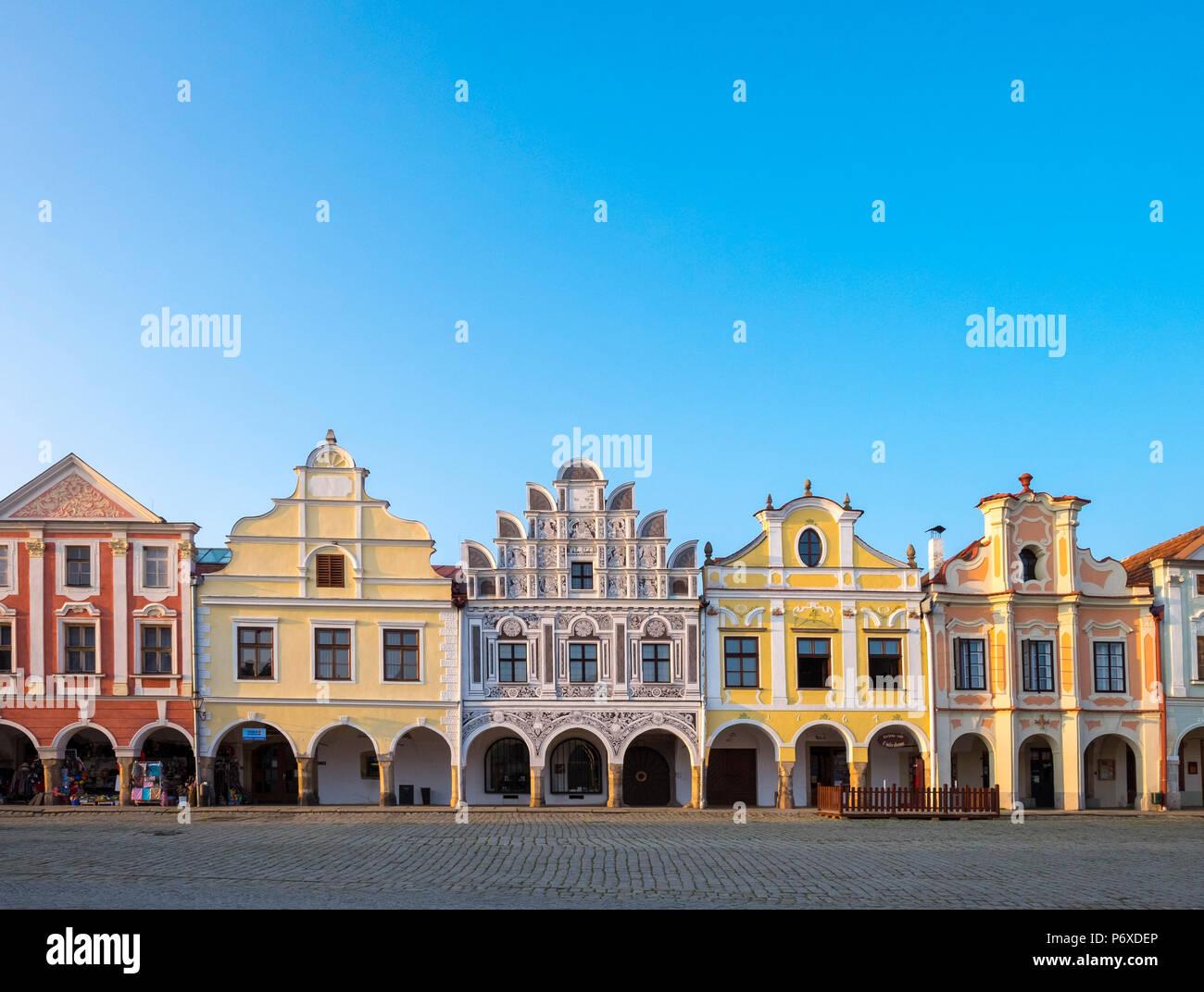 República Checa, región de Vysocina, Telc. Fachadas de casas renacentistas y barrocas de Namesti Zachariase z Hradce. Imagen De Stock
