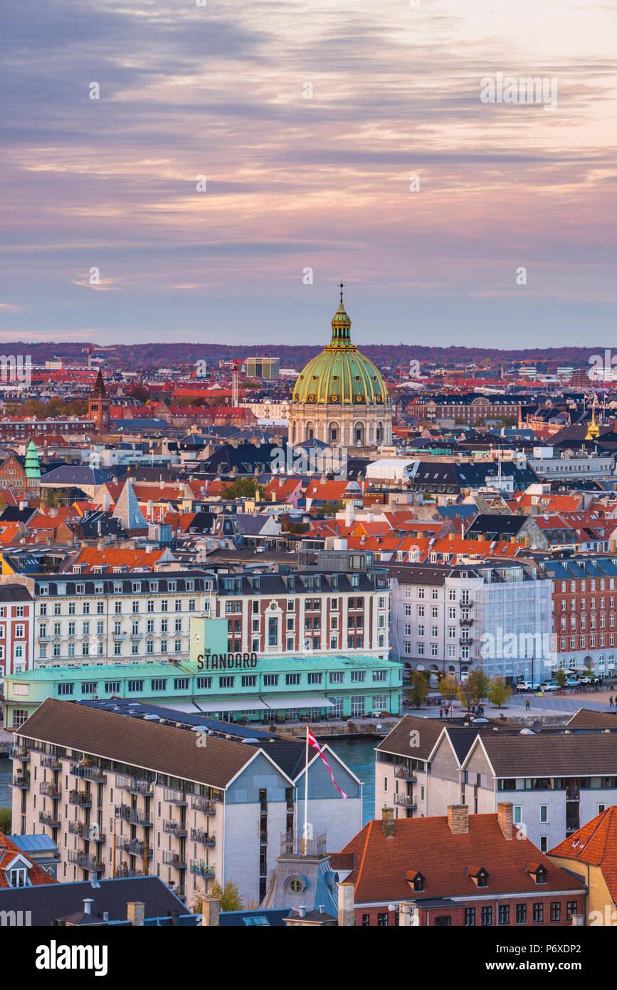 Copenhague, Dinamarca Hovedstaden, en el norte de Europa. Ángulo alto vistas al casco antiguo desde la iglesia de Nuestro Salvador en la puesta de sol. Foto de stock