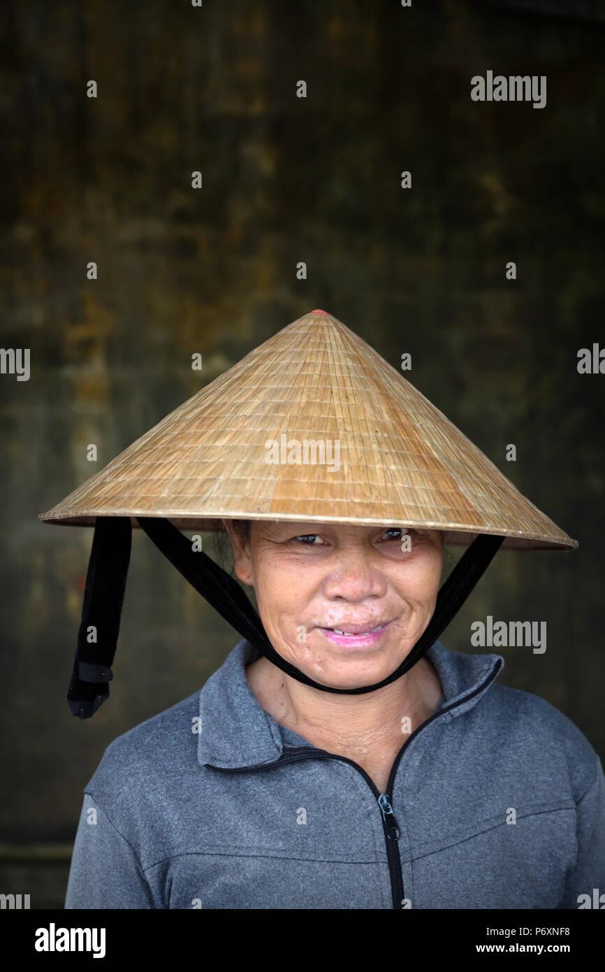 Retrato de mujer con sombrero cónico tradicional , Hoi An , Vietnam Imagen De Stock