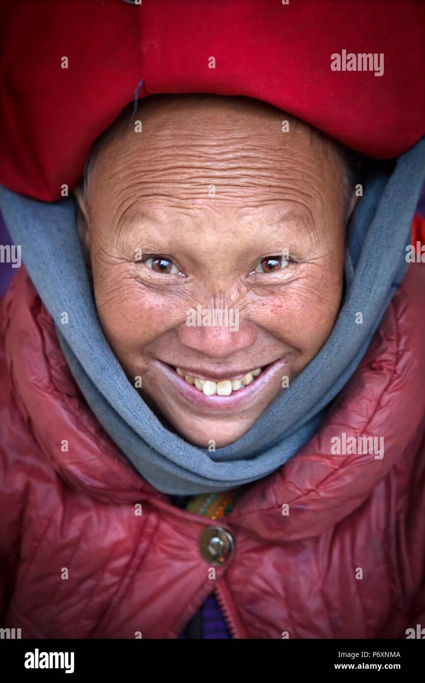 Dao rojo dama sonriente con turbante en Sapa Vietnam Imagen De Stock