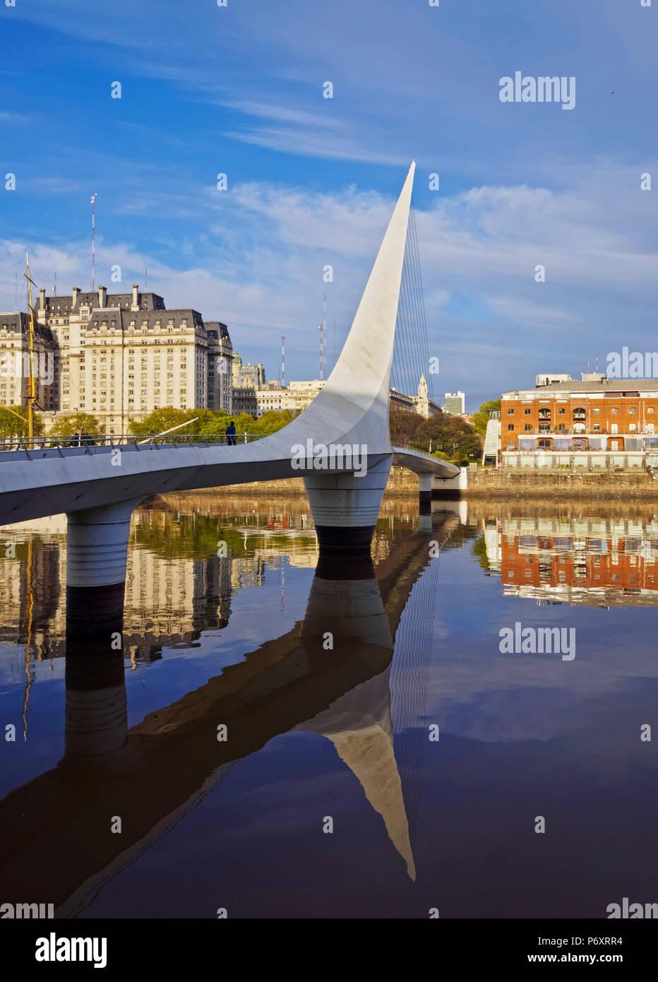Argentina, Provincia de Buenos Aires, Ciudad de Buenos Aires, Vista del Puente de la Mujer en Puerto Madero. Imagen De Stock