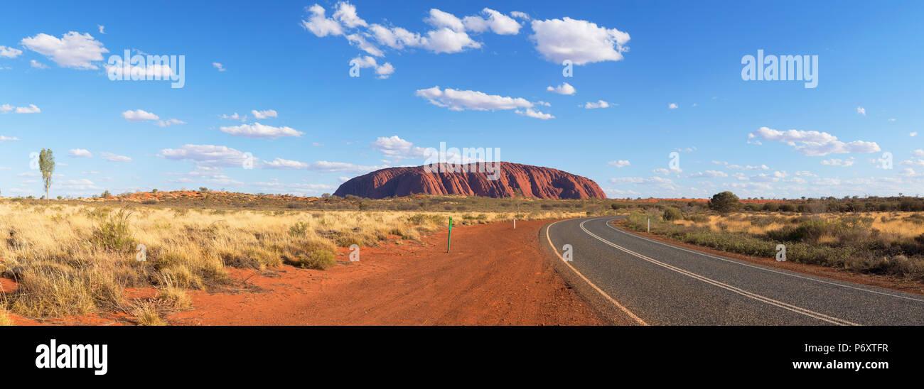 Uluru (Patrimonio de la Humanidad de la UNESCO), el Parque Nacional de Uluru-Kata Tjuta, el Territorio del Norte, Australia Imagen De Stock