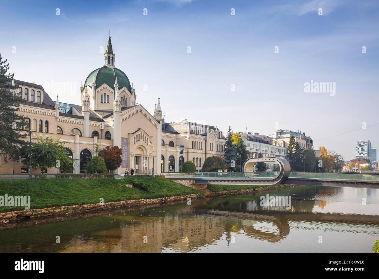 Bosnia y Herzegovina, Sarajevo, Festina lente puente que conduce a la Academia de Bellas Artes, originalmente construido como una iglesia evangélica Imagen De Stock