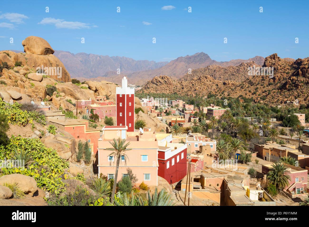 Vista elevada sobre la Mezquita Roja de Adai, Tafraoute, Anti Atlas, Marruecos Imagen De Stock