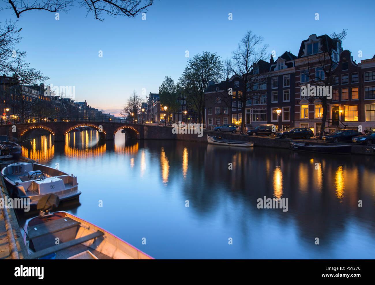 Al anochecer del canal Keizersgracht, Amsterdam, Países Bajos Foto de stock