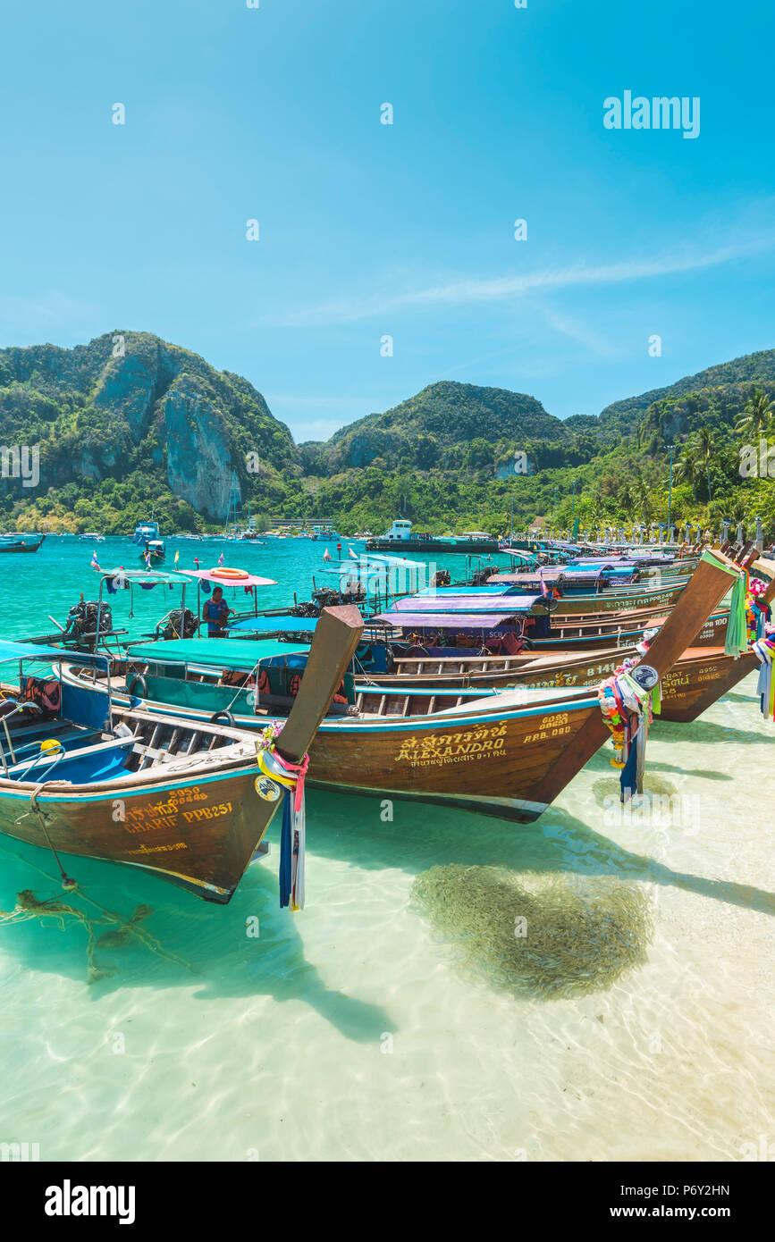 """Ao Ton Sai Beach, Ko Phi Phi Don, en la provincia de Krabi, Tailandia. """"Longtail"""" tradicionales embarcaciones en la playa. Imagen De Stock"""