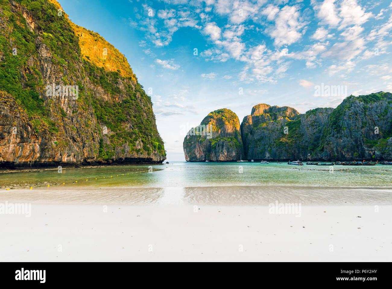 Ao Maya Beach (Maya Bay), Ko Phi Phi Leh, provincia de Krabi, Tailandia. Foto de stock