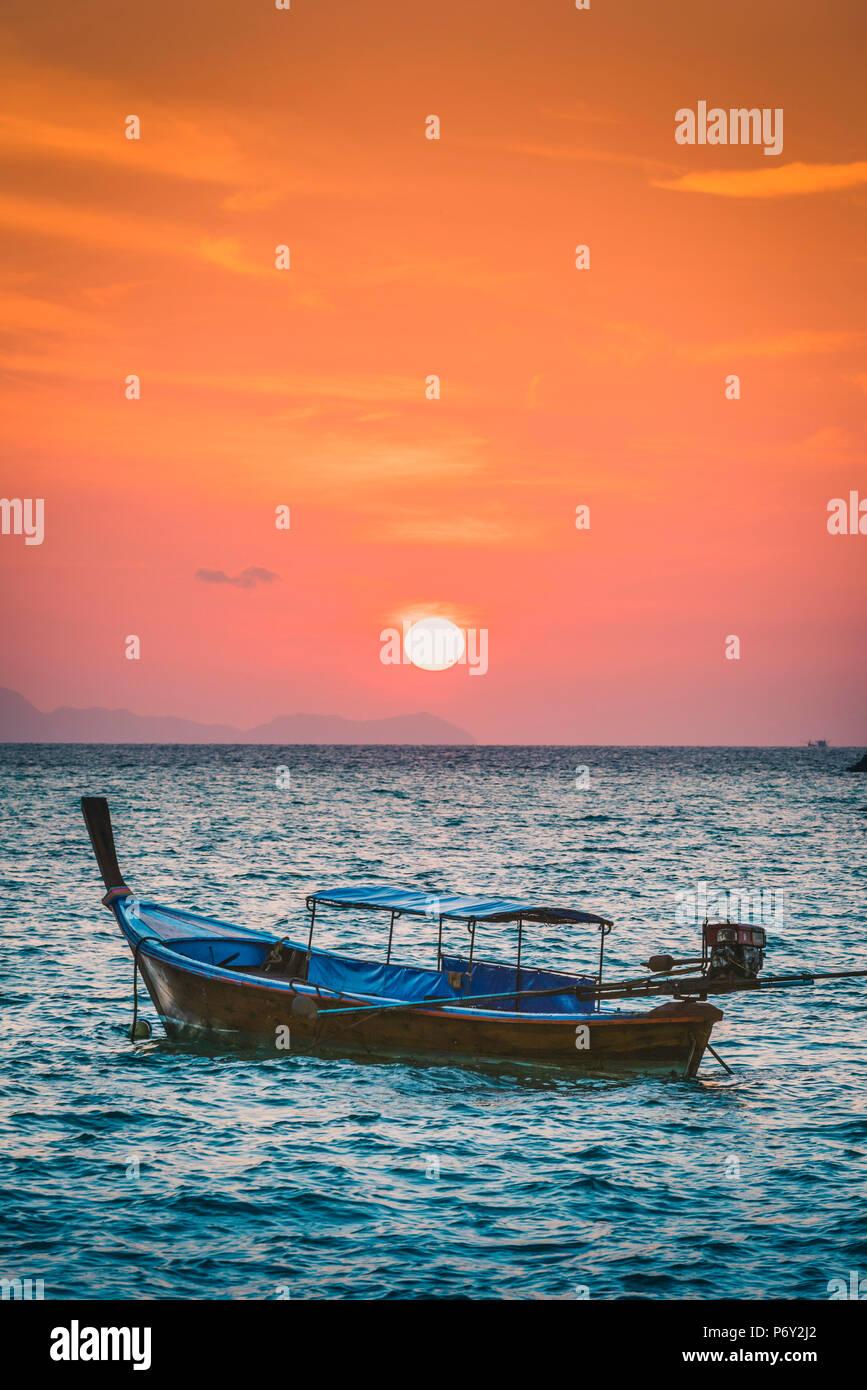 """Los barcos """"longtail"""" de Sunset Beach, Ko Lipe, Satun Provincia, Tailandia. Tradicional bote de cola larga y un sol naciente. Foto de stock"""