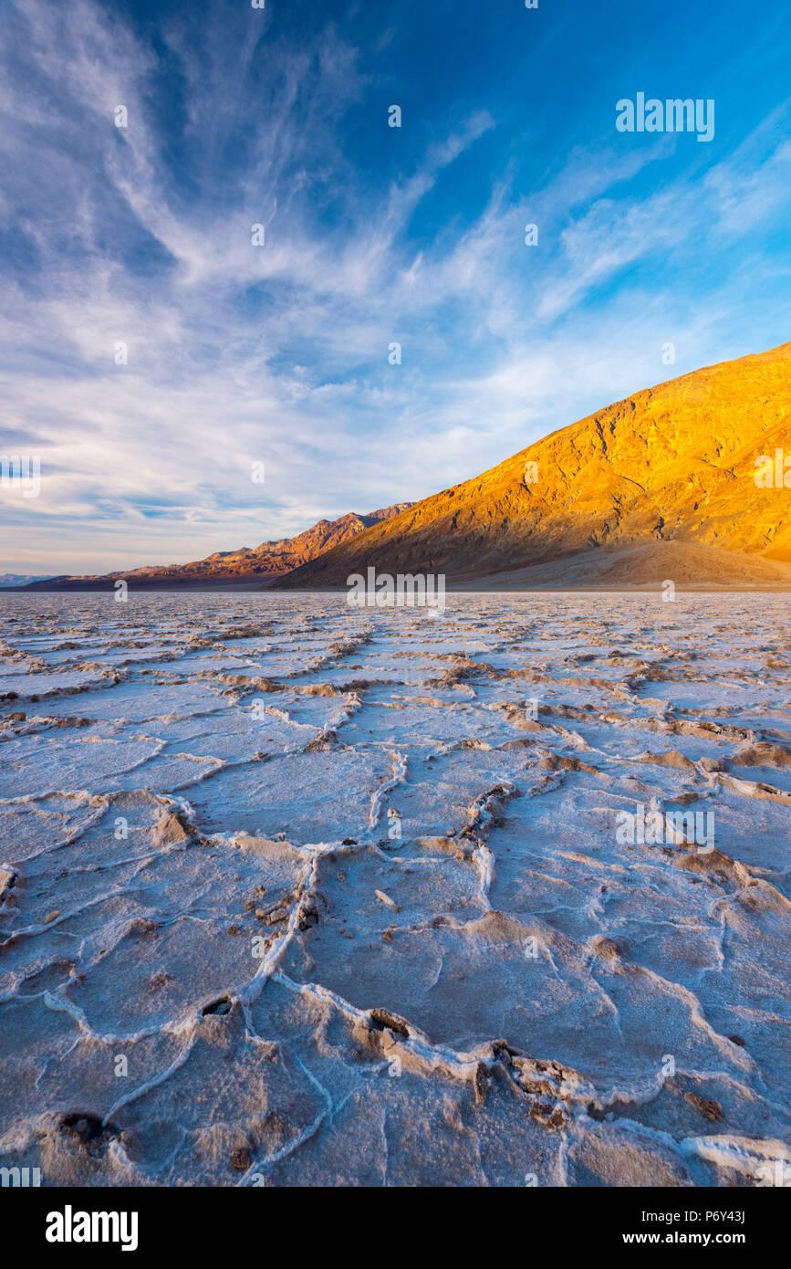 California, Estados Unidos, el Parque Nacional Valle de la muerte, la cuenca Badwater, el punto más bajo en América del Norte, la costra de sal roto en las crestas de presión hexagonal Imagen De Stock
