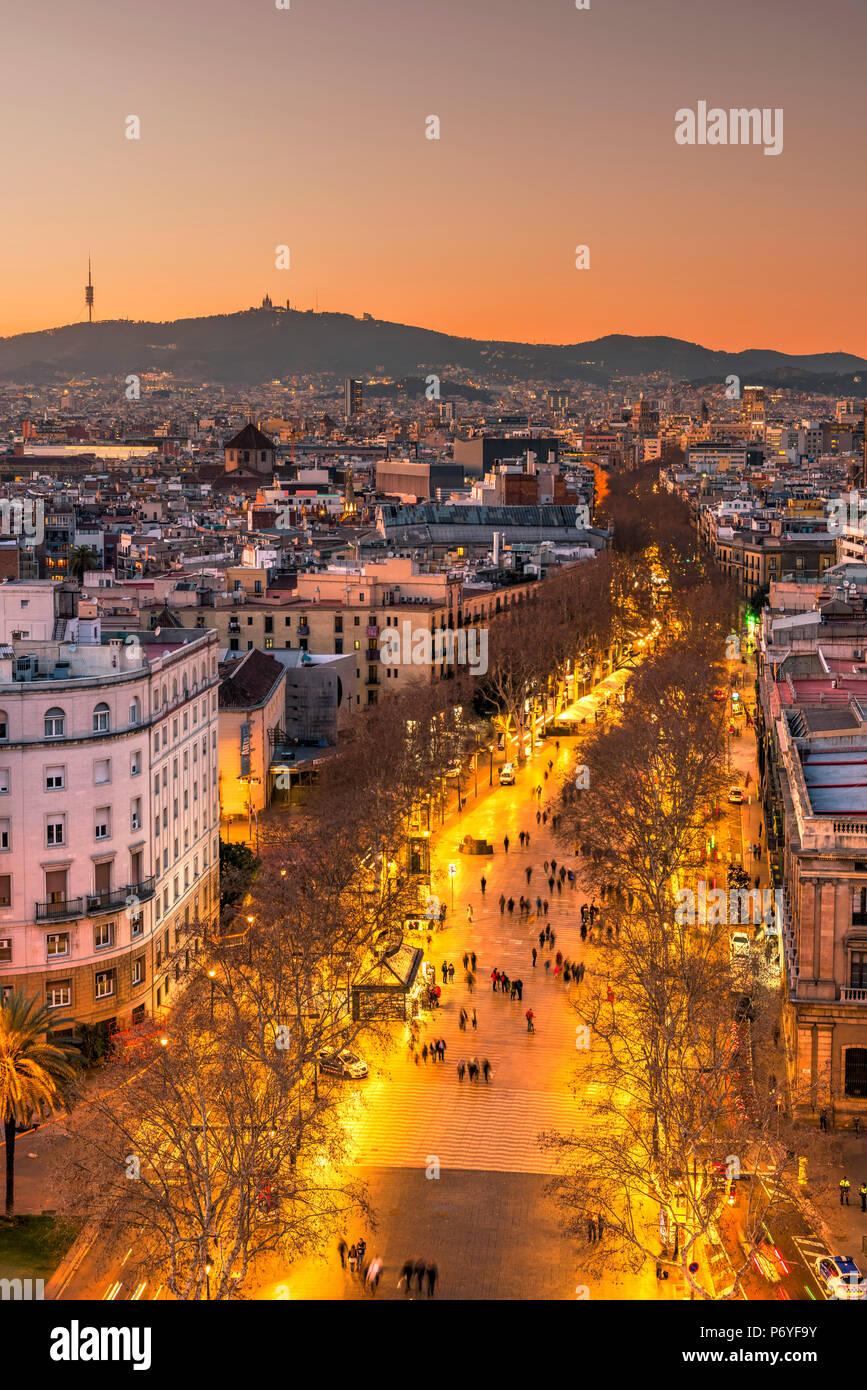 El horizonte de la ciudad y la rambla peatonal, Barcelona, Cataluña, España Imagen De Stock