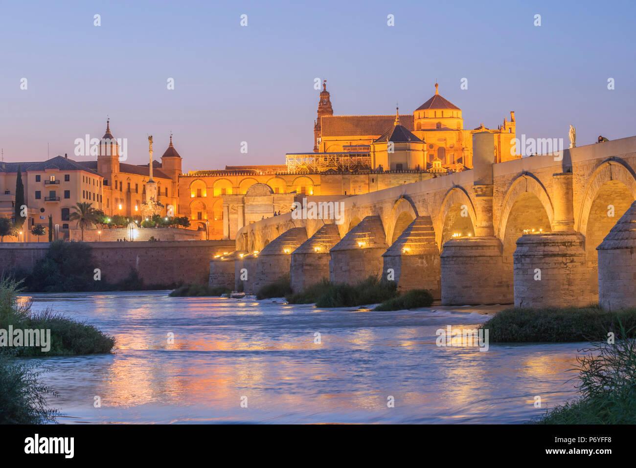 El puente romano de Córdoba con la Mezquita y el Río Gaudalquivir, Sitio del Patrimonio Mundial de la UNESCO, Córdoba, Andalucía, España Imagen De Stock