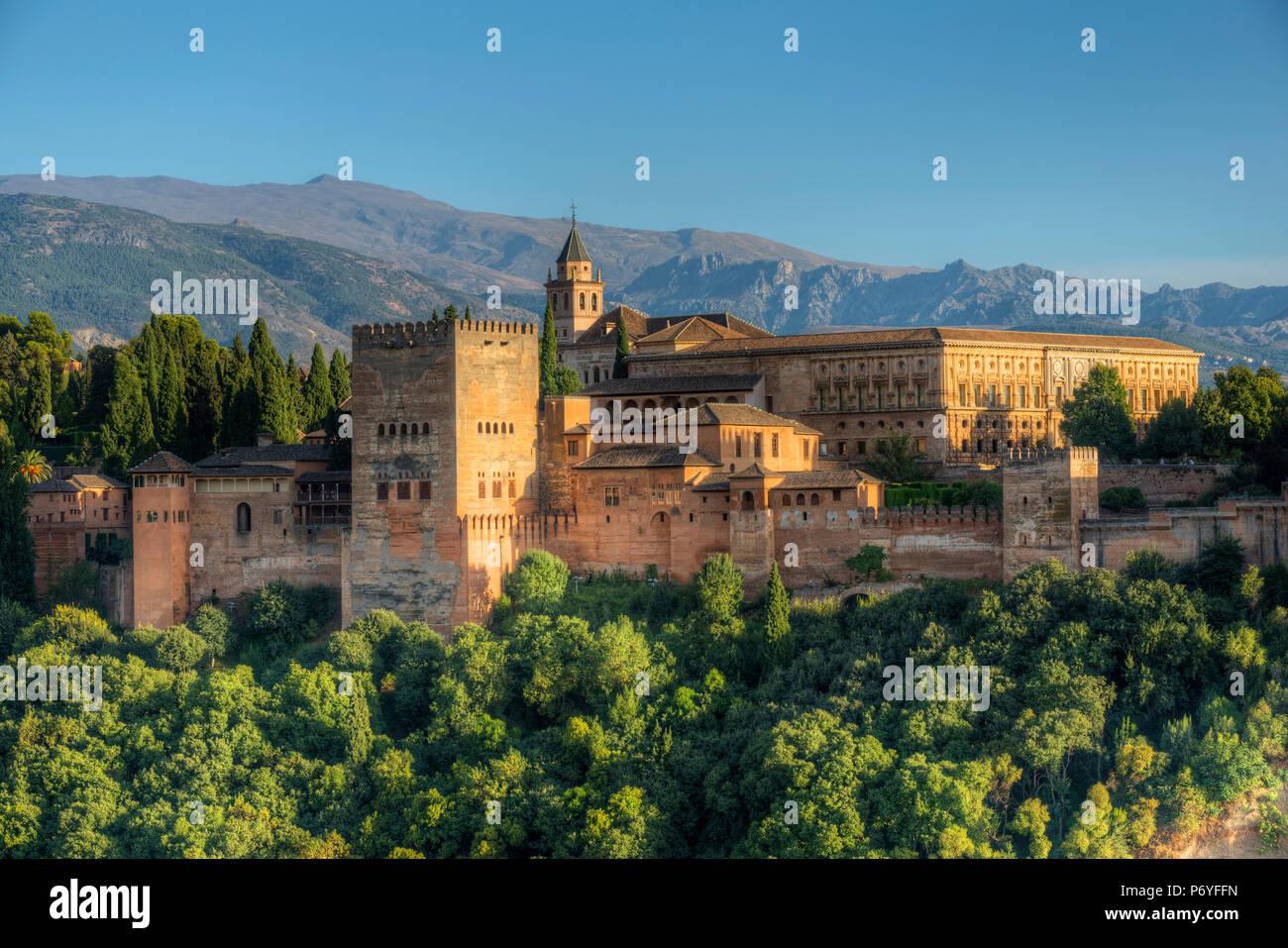 La Alhambra desde El Albaicín, declarado Patrimonio de la Humanidad por la UNESCO, Granada, Andalucía, España Imagen De Stock