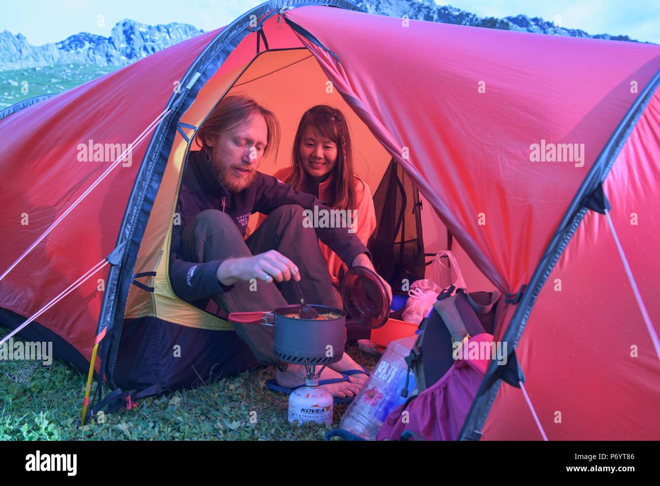En el campamento de alto alpino Keskenkija Trek Jyrgalan, Kirguistán Imagen De Stock