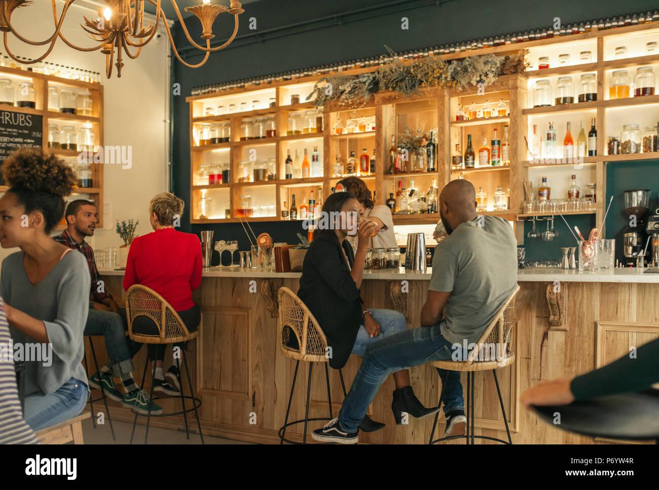 Pareja joven afroamericano bebiendo juntos en un bar. Imagen De Stock