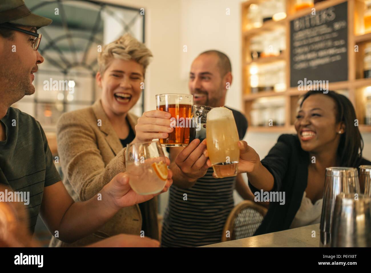 Sus amigos juntos en un bar animando con bebidas Imagen De Stock