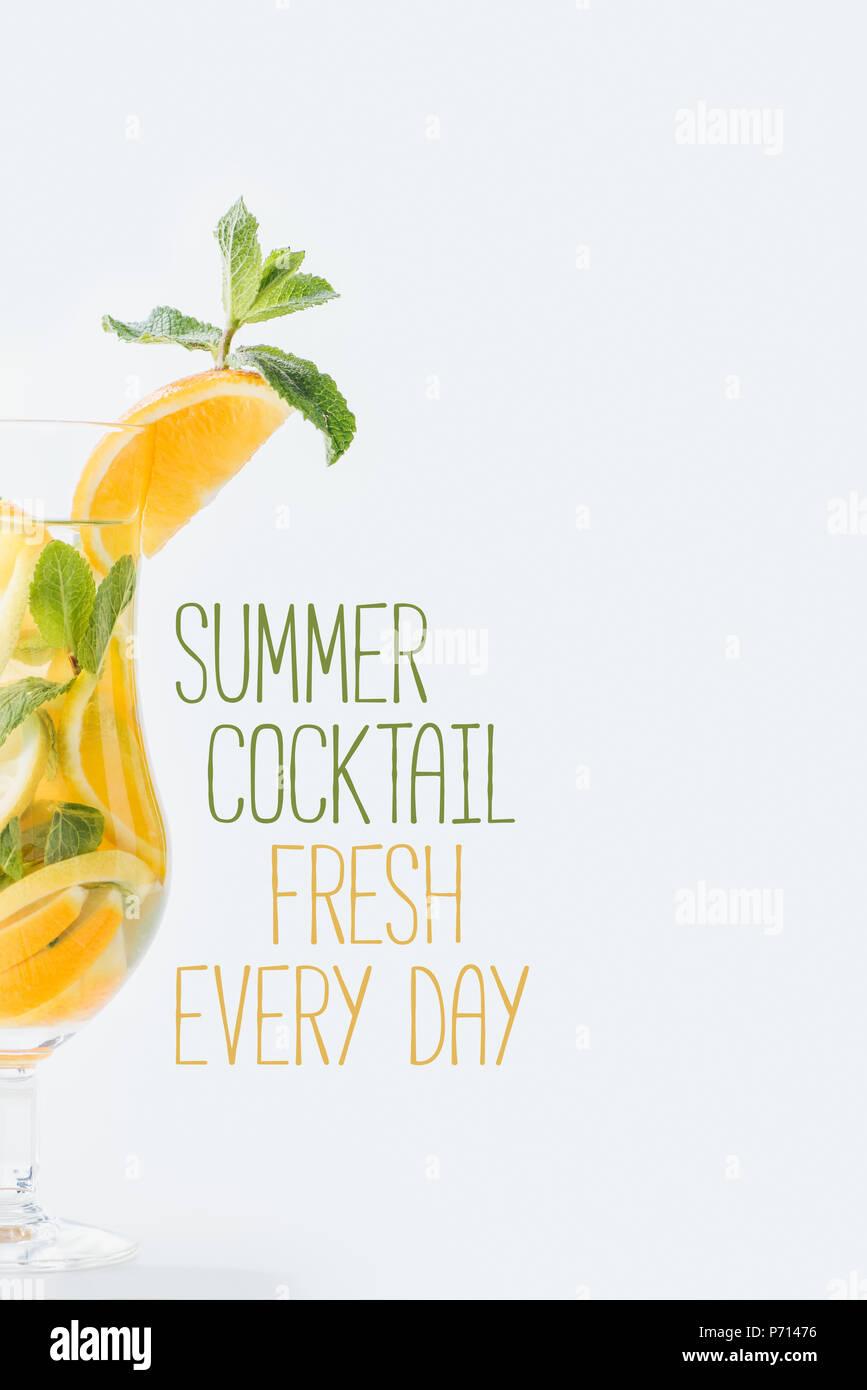 Vista de cerca del verano cóctel con menta fresca y trozos de frutas cítricas, summer cocktail fresco cada día rotulación aislado en blanco Imagen De Stock