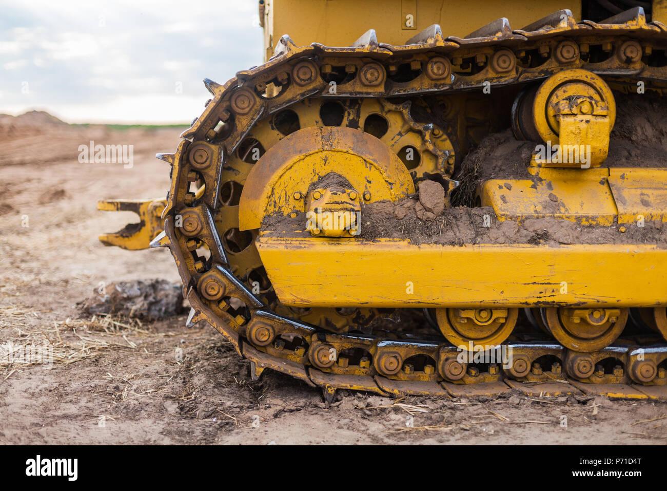 Tractor sobre oruga amarilla vía Foto de stock