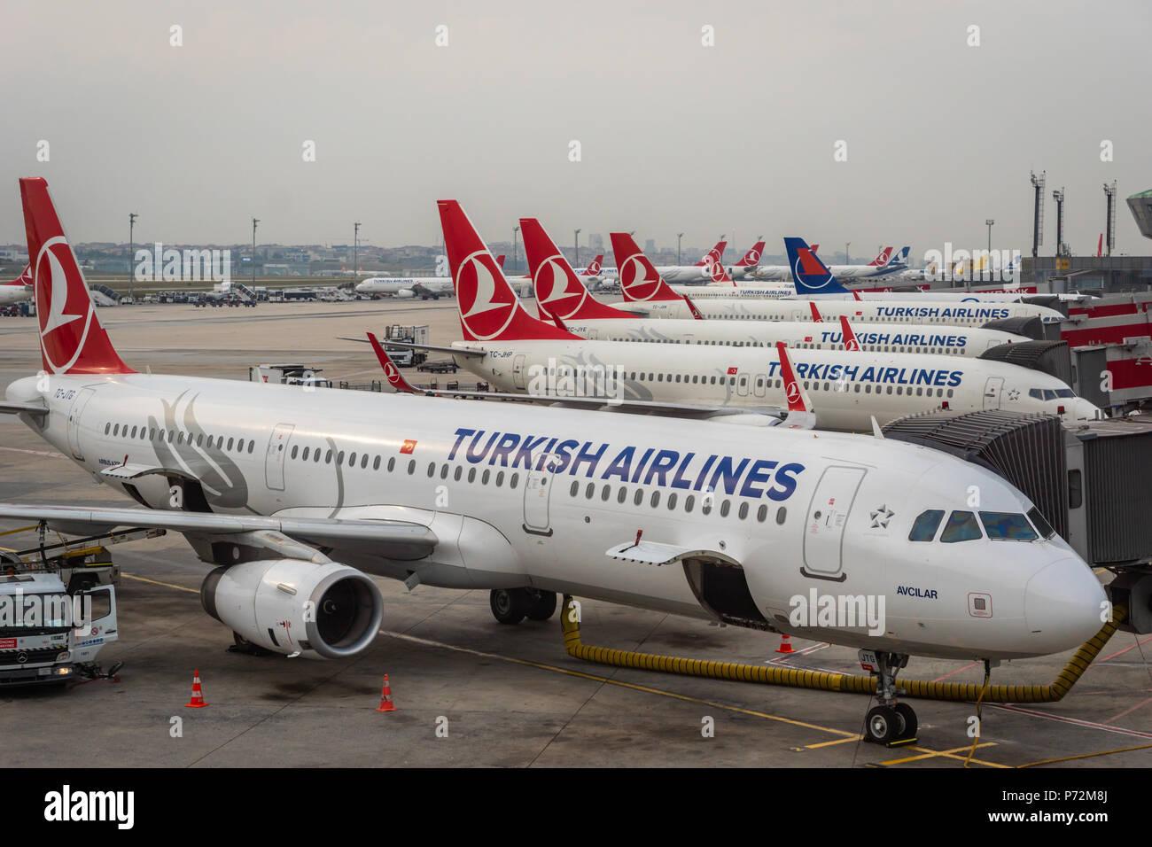 Estambul, Turquía - Junio de 2018: Turkish Airlines aviones en la pista del aeropuerto Atatürk de Estambul. Turkish Airlines es la compañía aérea nacional airli Foto de stock
