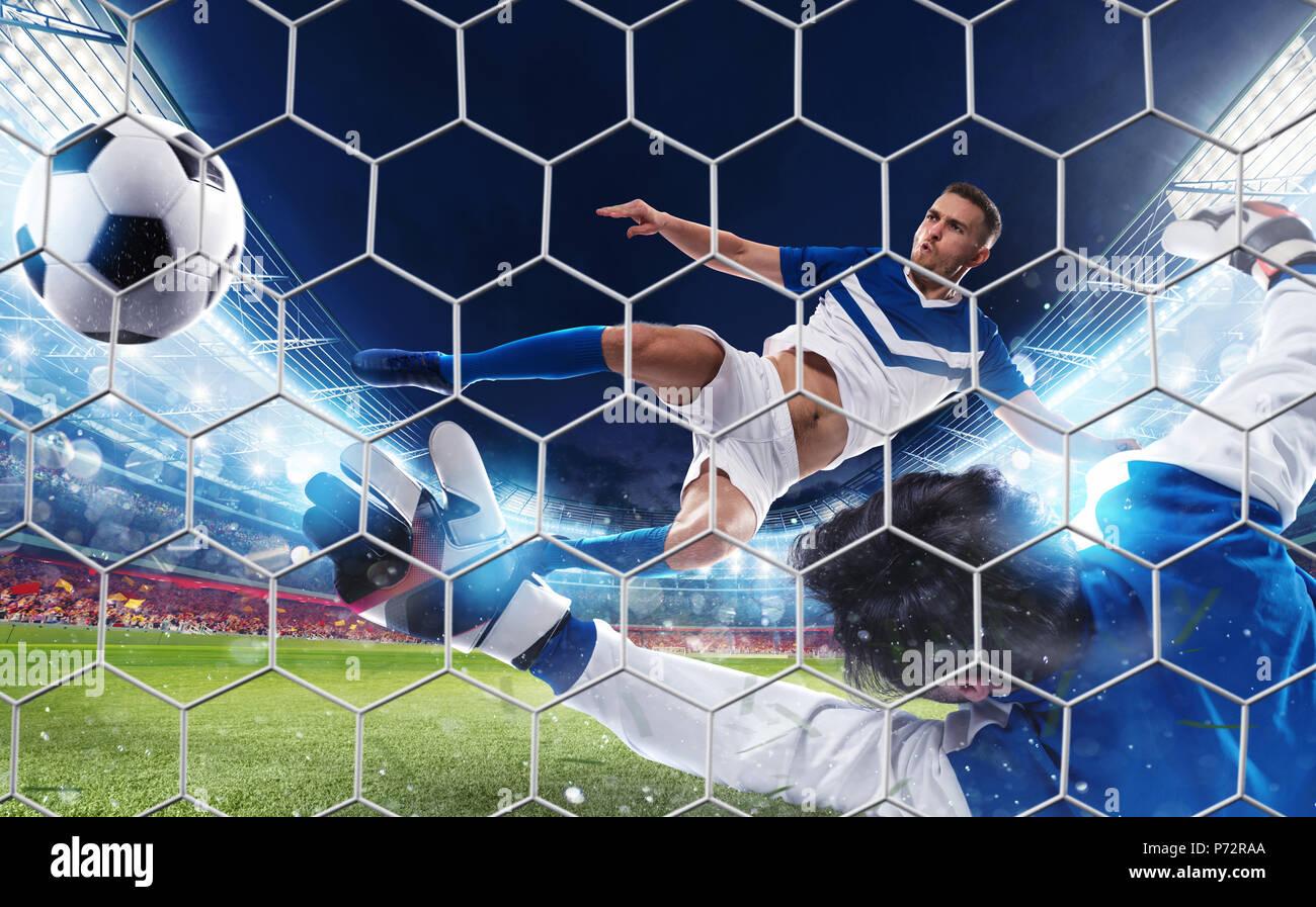Soccer percutor golpea la bola con una patada de salto Foto de stock