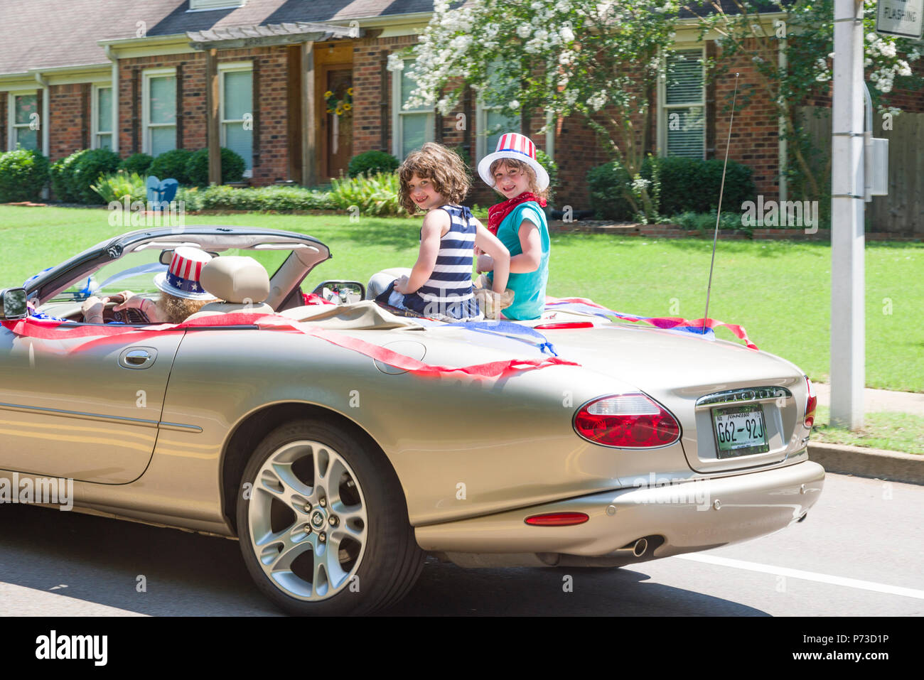 Germmantown, EE.UU.. Julio 4,2018. Germmantown, TN, EE.UU.. Desfile de barrio. 2018. Disfrutando el 4 de julio. El día de la independencia de Estados Unidos. Familias y amigos disfrutan la celebración con los colores, descapotables y brisas frescas. Temp en la década de los años noventa (35c) Crédito: Gary Culley/Alamy Live News Foto de stock