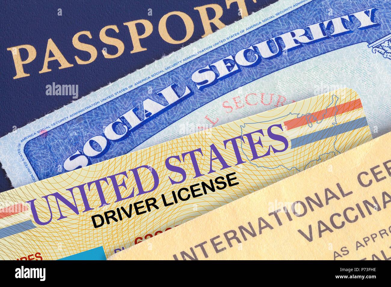 Ee.Uu. Pasaporte con la tarjeta de seguridad social, licencia de conducir y registro de filmación. Imagen De Stock