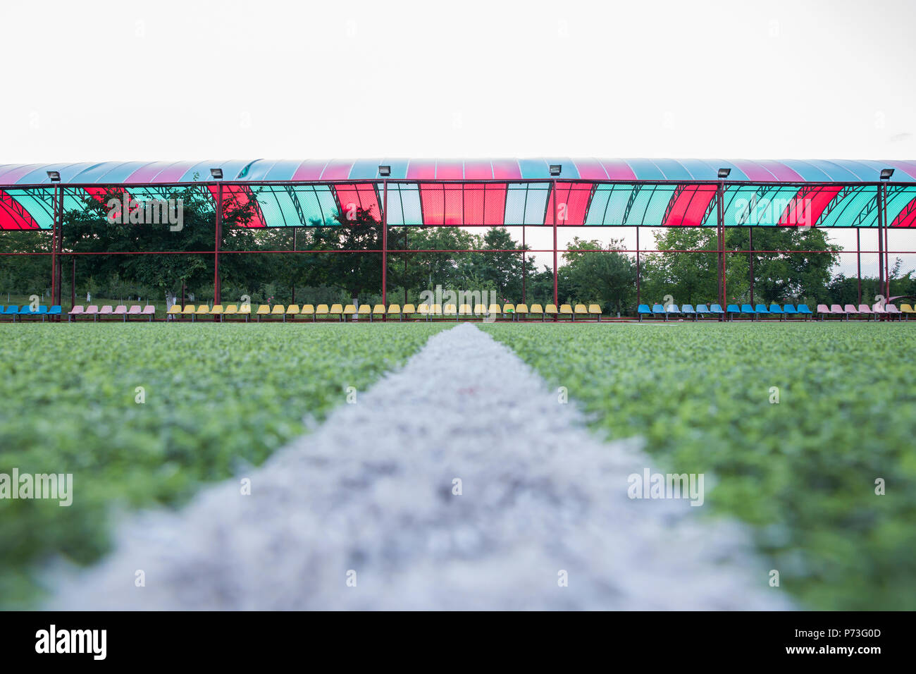 Mini Fútbol objetivo sobre un césped artificial . Dentro del campo de  fútbol indoor . campo de fútbol centro y bola de fondo de la vista superior 861e903be6459