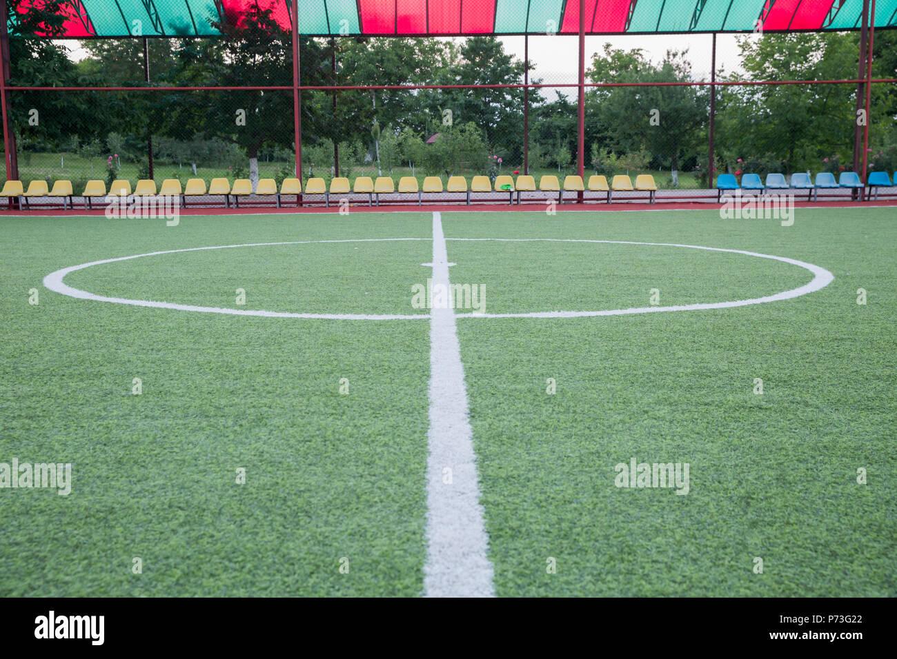 Dentro del campo de fútbol . Estadio de fútbol mini centro . campo de  fútbol centro y bola de fondo de la vista superior ... b149e4cce65f4