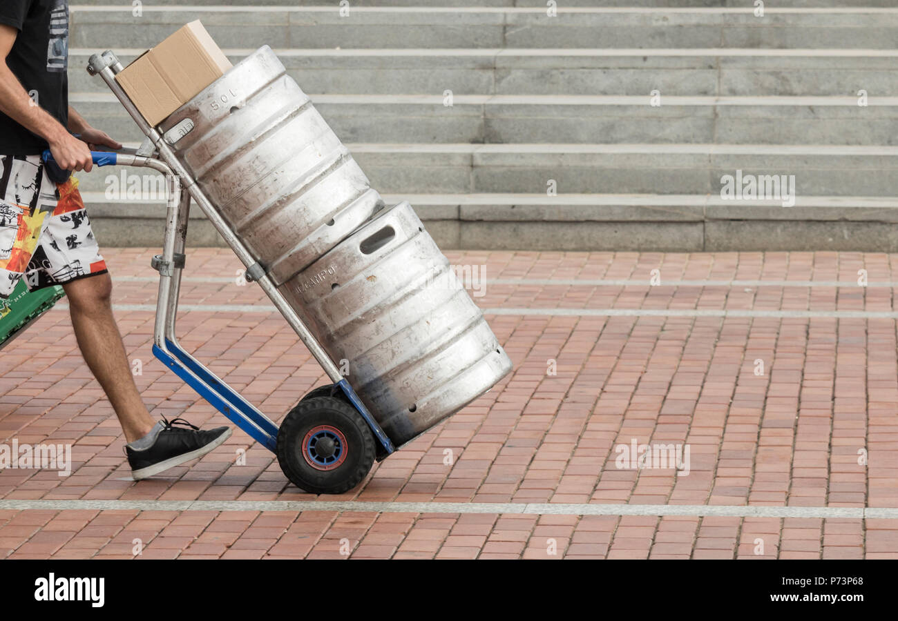 Los barriles de cerveza que se entregan a los pubs. La escasez de dióxido de carbono (julio de 2018) podría afectar el suministro de algunos productos alimenticios, así como la cerveza lager/ Imagen De Stock
