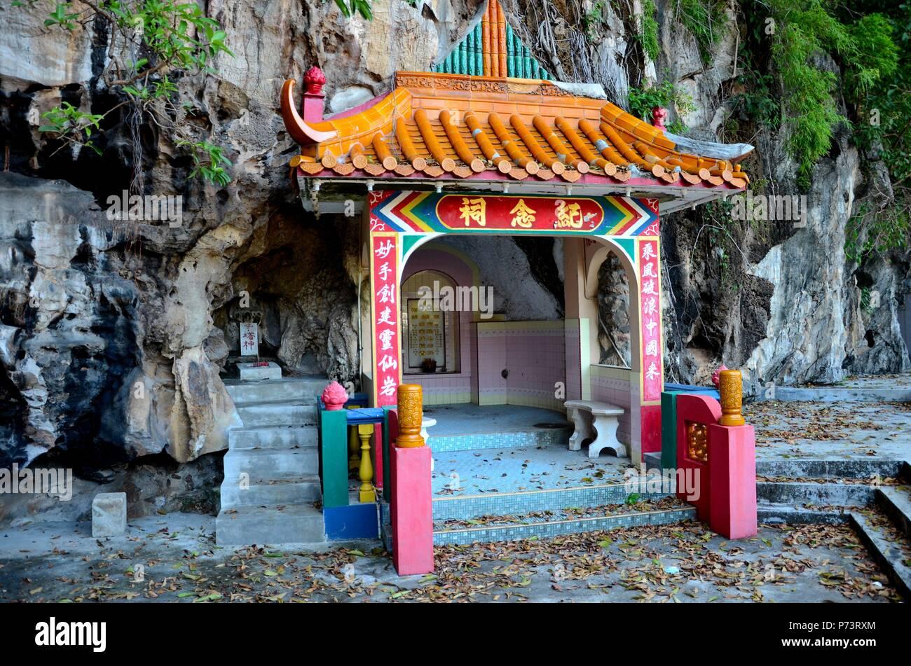 La aldea de los susurros. Tumba-tumba-del-fundador-par-de-roca-de-espiritus-celestiales-taoista-chino-templo-budista-en-cerro-de-piedra-caliza-base-ipoh-malasia-p73rxm