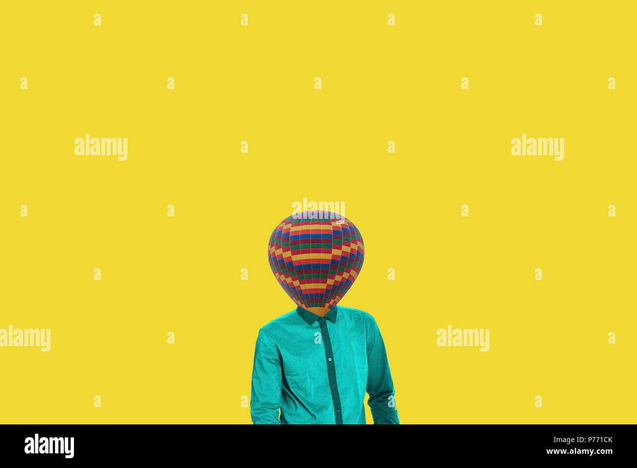 Concepto minimal surrealista. Un globo en lugar de una cabeza humana. El minimalismo y surrealismo Imagen De Stock