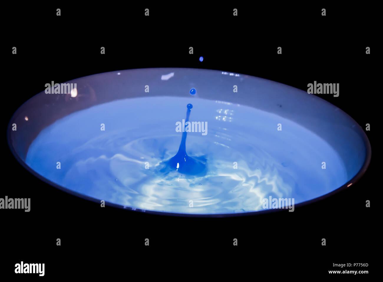 Una aislada, fría y azul gota de agua Imagen De Stock