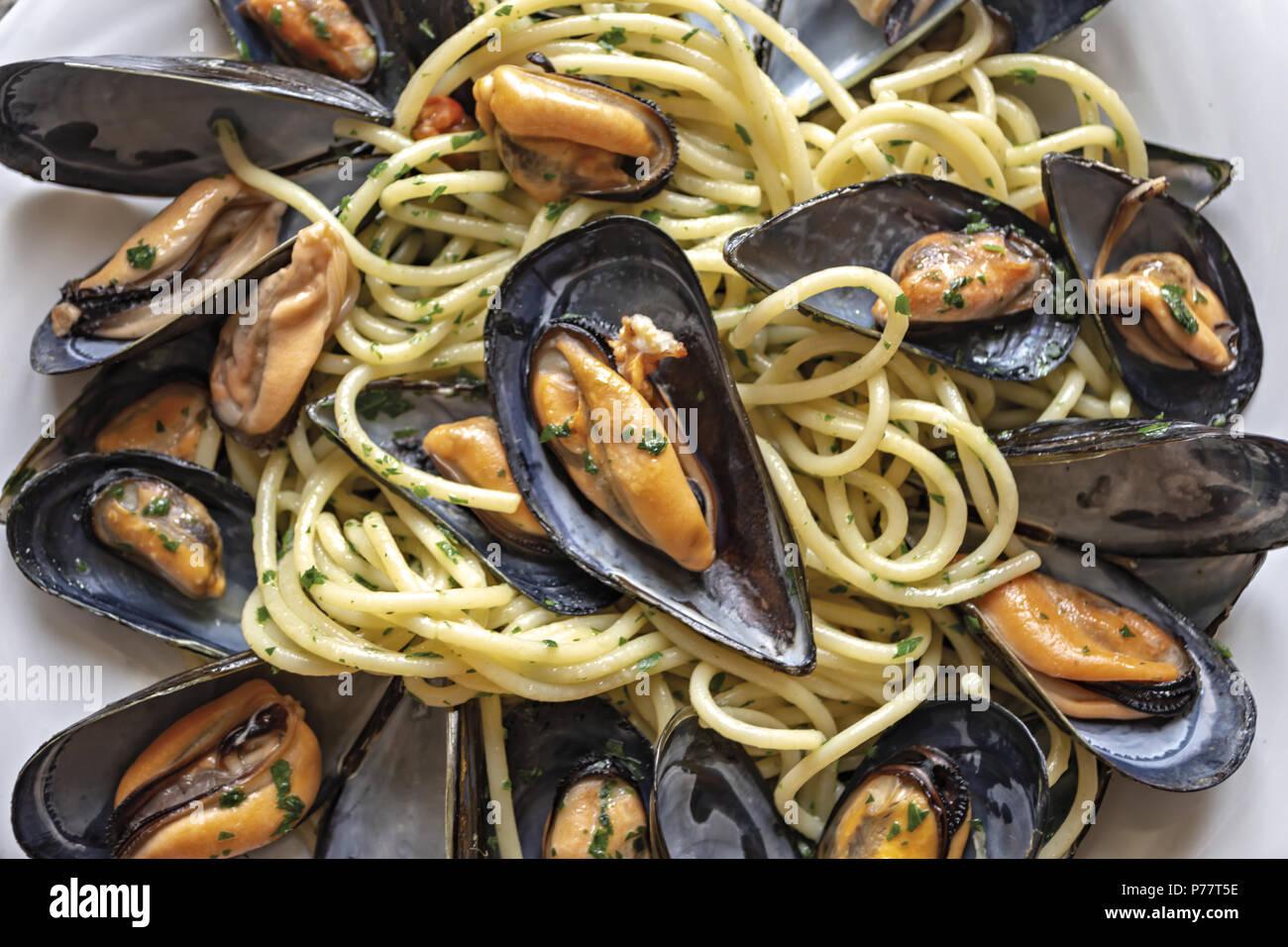 Espaguetis con mejillones pasta ajo y perejil 7 Imagen De Stock