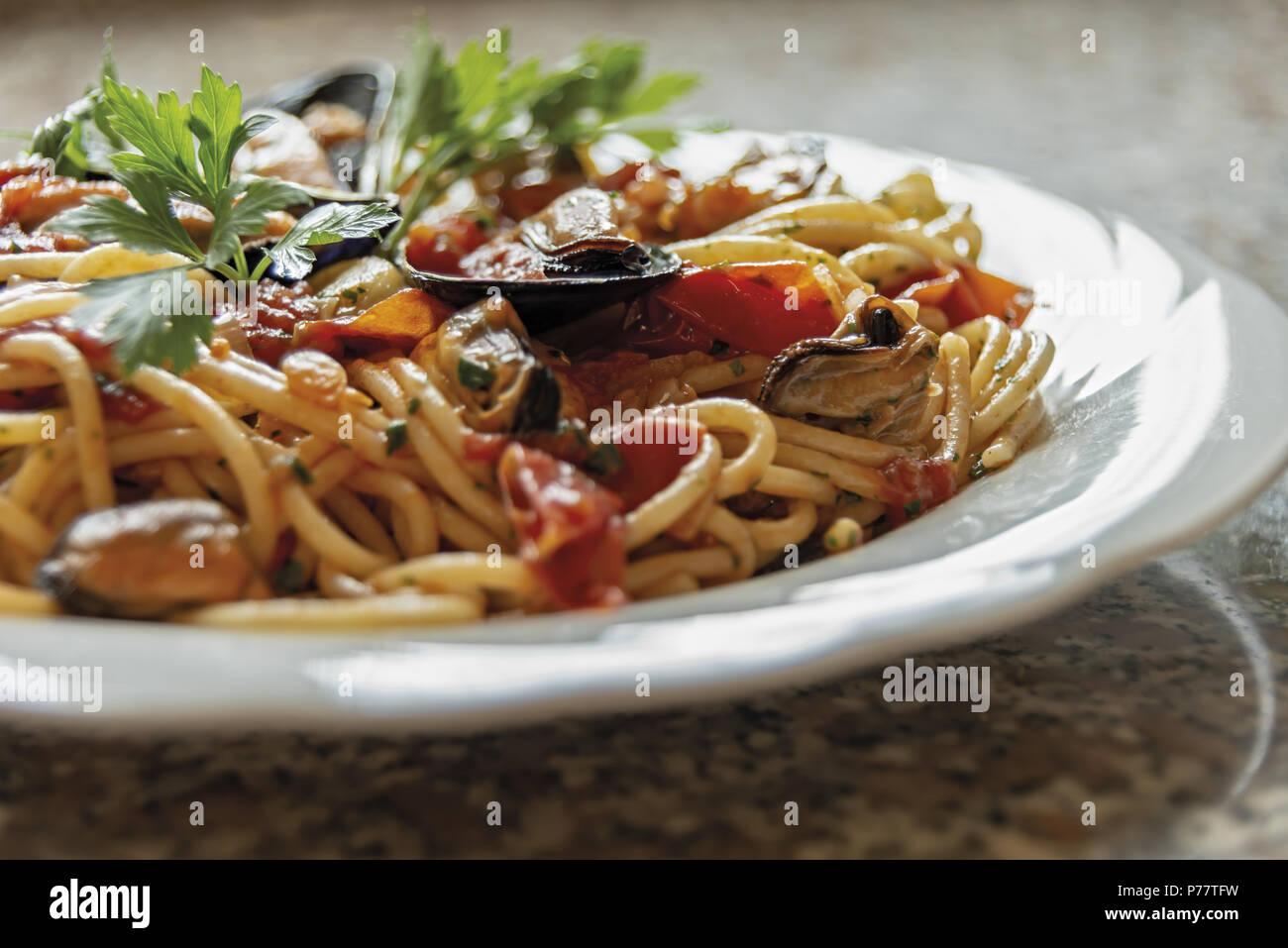 Espaguetis con mejillones de pasta de tomate y perejil 11 Imagen De Stock
