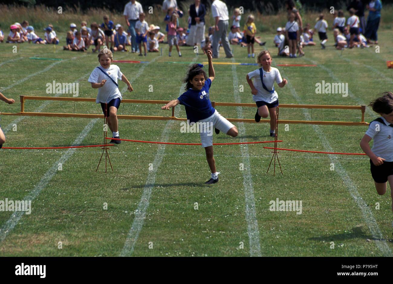 Día de Deportes de la escuela primaria, los niños saltar vallas Imagen De Stock