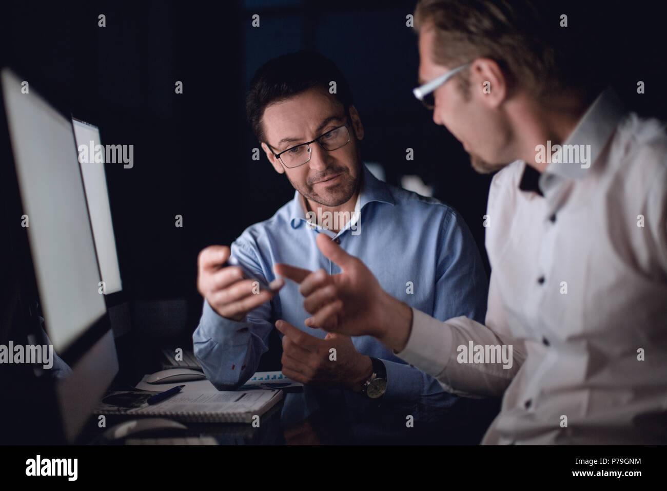 Close up.dos hombres de negocios mirando a la pantalla del smartphone. Foto de stock