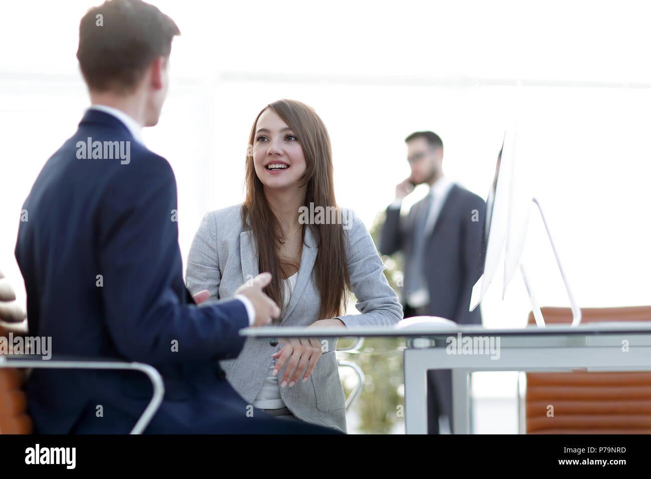 Mujer de negocios un apretón de manos con un socio de negocios. Imagen De Stock