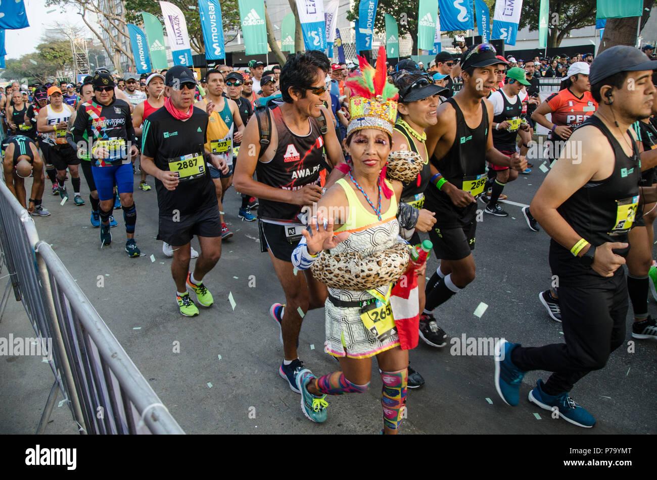 Lima, Perú - 20 de mayo de 2018: Maratón Lima 42k, evento deportivo que reúne a atletas de todo el mundo. La carrera comienza Foto de stock