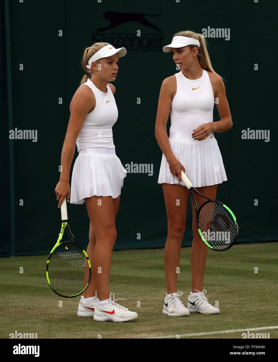 Londres, Reino Unido. 4 de julio, 2018. Katie Swan (GBR), izquierda y Katie Boulter (GBR) el día 3 de los Campeonatos de Tenis de Wimbledon, Wimbledon, Londres, el 4 de julio de 2018. Crédito: Paul Marriott/Alamy Live News Foto de stock