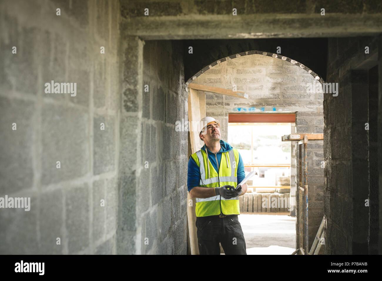 Ingeniero mirando en la puerta Imagen De Stock