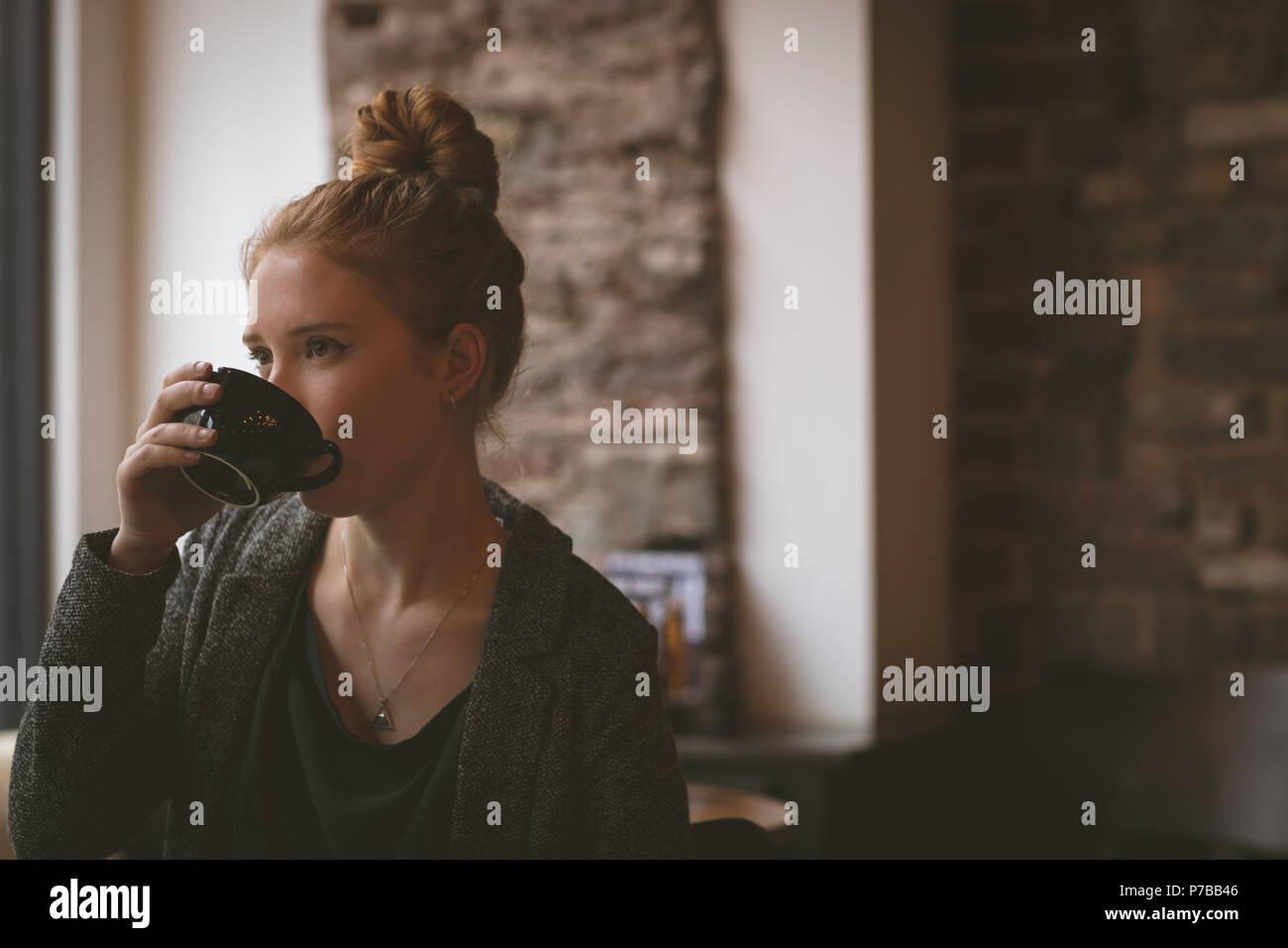 Una mujer con café en Imagen De Stock