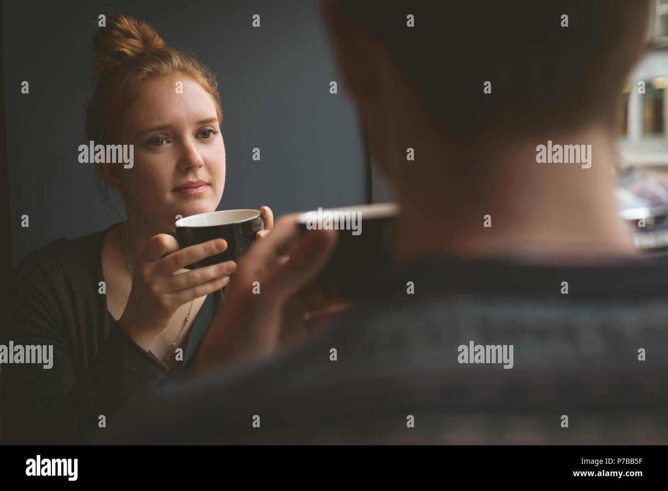 Bella mujer hablando con un hombre en la cafetería Foto de stock