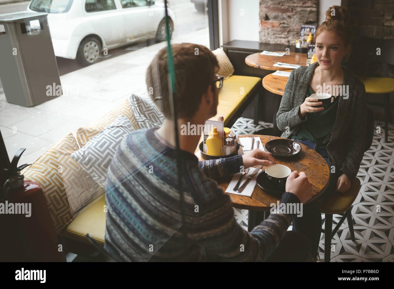 Par hablando sobre el café en el café Foto de stock