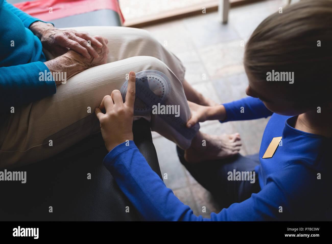 Fisioterapeuta medición de rodilla con goniómetro Imagen De Stock