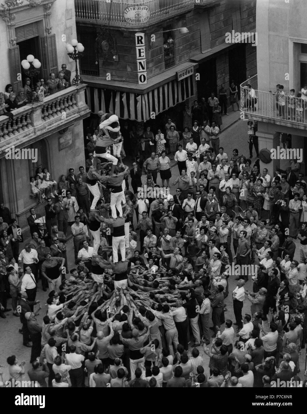 Barcelona. Los castellers levantando una torre humana en Vilafranca del Penedés. Año 1968. Foto de stock