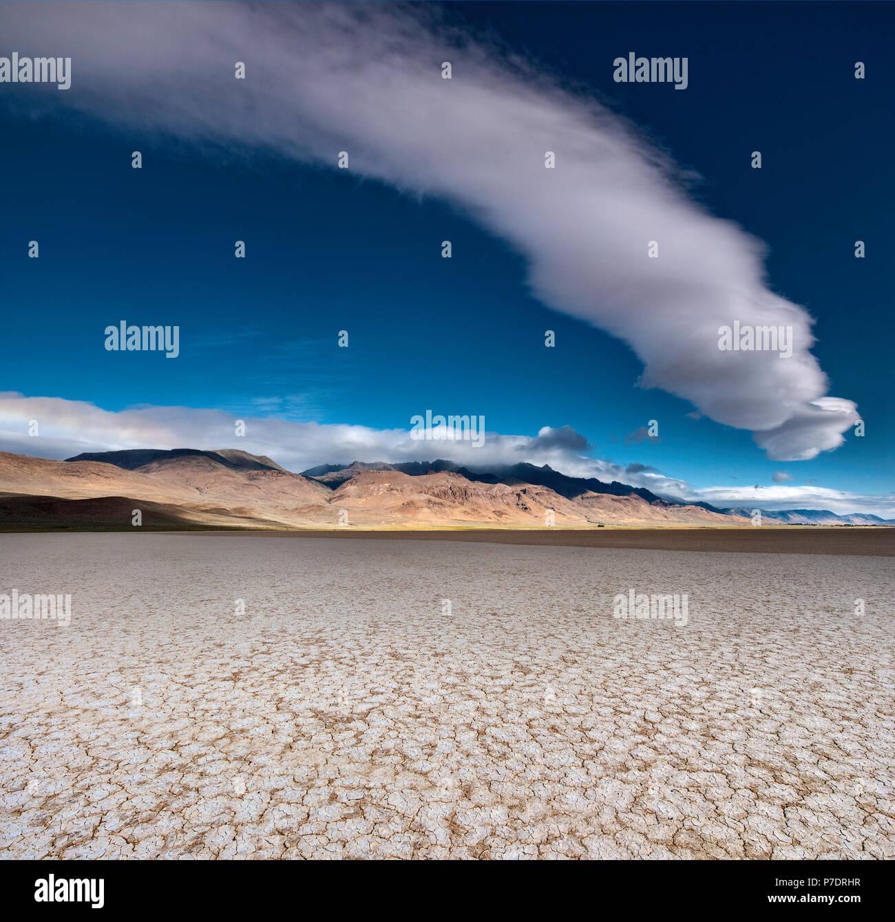 Cúmulos nubosos Lago Alvord más seco y Steens Mountain, Alvord Desierto, parte del Great Basin Desert, Oregón, EE.UU. Imagen De Stock