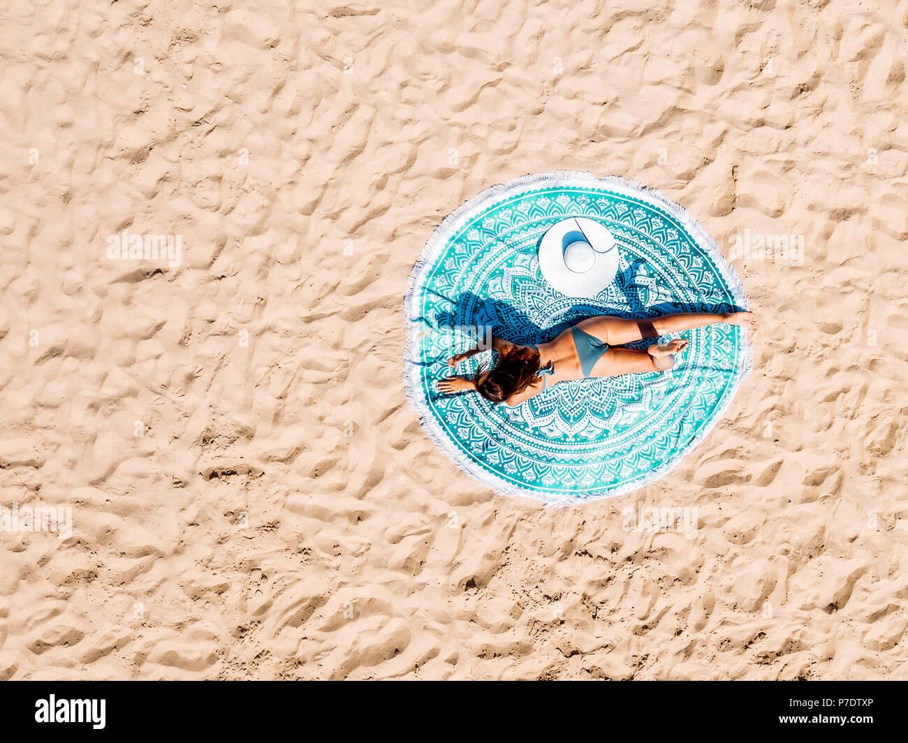 ee4c0d39aff4 Antena superior Drone Vista de mujer en traje de baño Bikini ...
