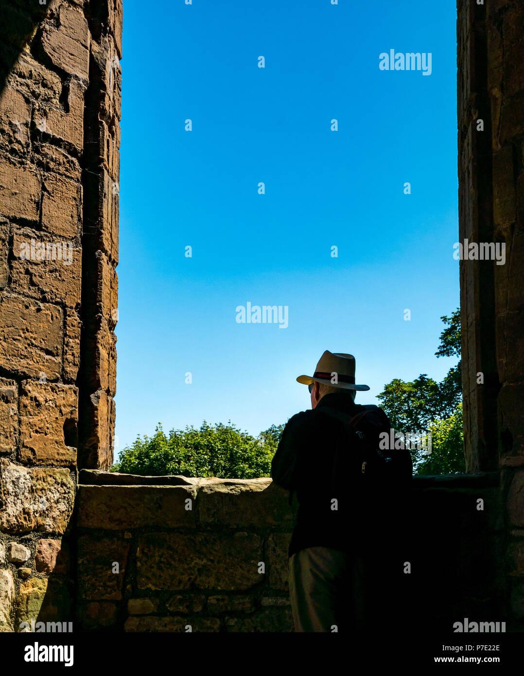 ad1f9443e056d Enmarcado silueta de hombre que llevaba sombrero de Panamá en el marco de  la ventana en